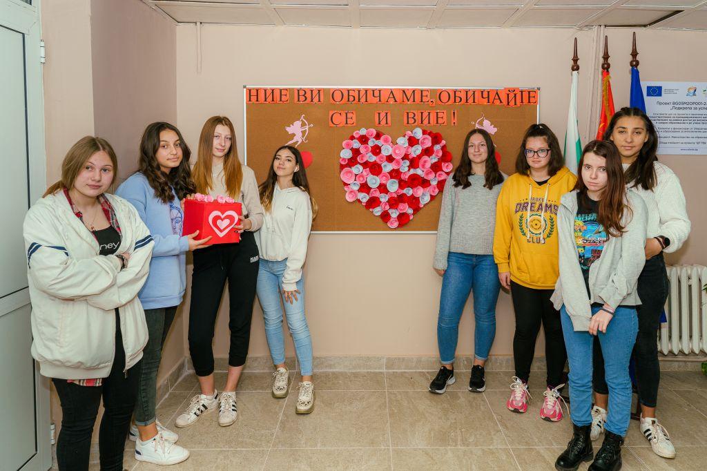 """Бъдещи дизайнери от ГСАГД""""Кольо Фичето""""-с жест към съученици и педагози за 14-ти февруари - голяма снимка"""